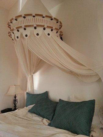 Acacia Boutique Hotel : Canopy Bed!