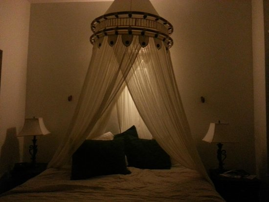 Acacia Boutique Hotel : Canopy Bed in 306