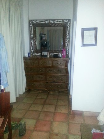 Acacia Boutique Hotel: Dresser and mirror - sorry poor image quality