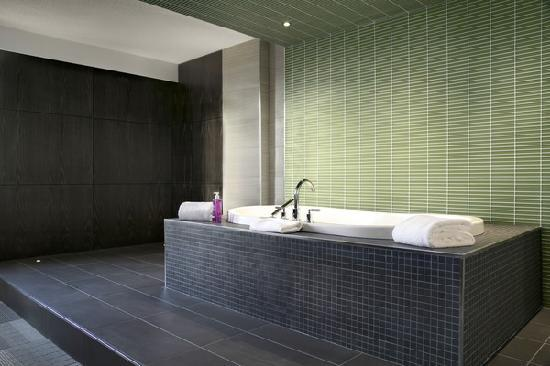 Coast Inn of the North: Soaker Tub in Suite