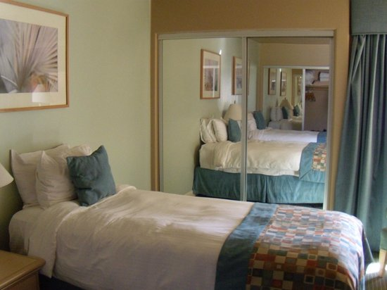 Palm Canyon Resort & Spa: Two twin beds in second bedroom