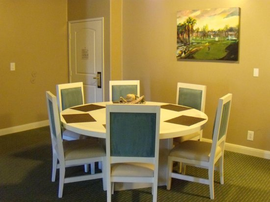 Palm Canyon Resort & Spa: Big & nice dining table
