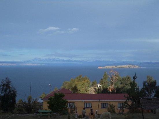Hotel Imperio Del Sol: Vue sur l'ile de la lune et la berge nord du lac
