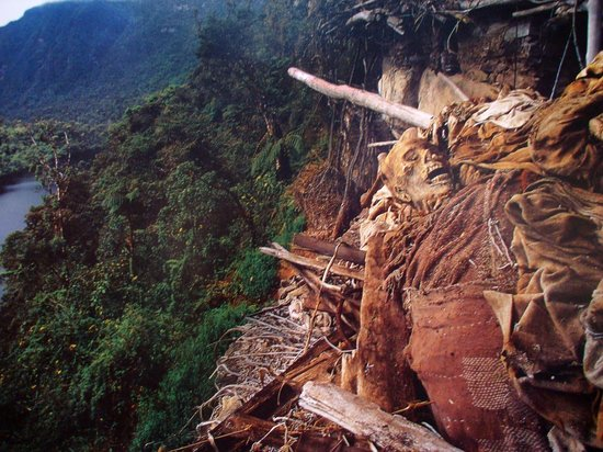 Museo de Leimebamba: Museumsfoto einer Original-Fundstätte an den Lagunas del Condor