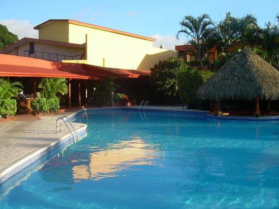 DoubleTree by Hilton Hotel Cariari San Jose: Pool and swim up bar