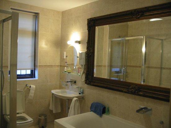 Tudor House Hotel: Room No 1 bathroom