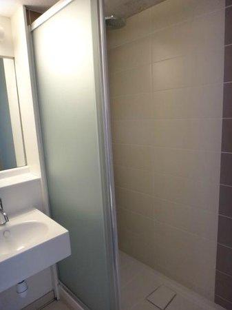 Kyriad Libourne - Saint Emilion: bathroom