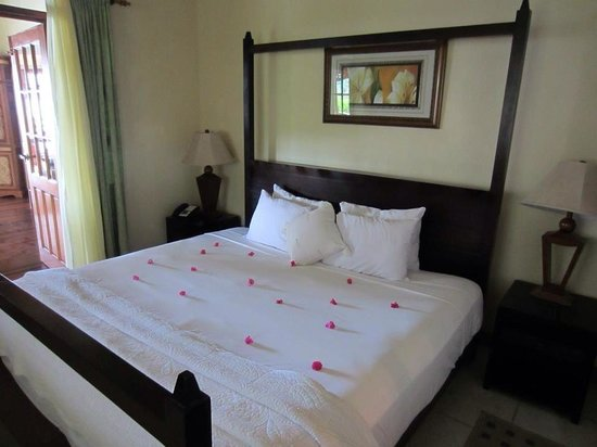 Calabash Cove Resort and Spa: Cottage bedroom