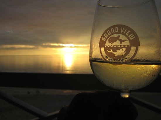 Sound View Inn: Enjoying a glass of wine while watching another sunset