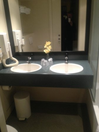 Avenue Hotel: Bathroom of 208