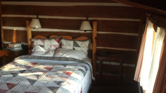 The Cataloochee Ranch : Queen bed, no head room on this side - Hummingbird room