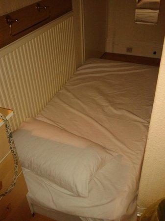 Croft Hotel: Mattress wedged by radiator
