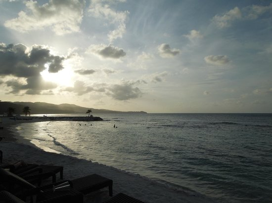 Secrets Wild Orchid Montego Bay: View walking along the hotel