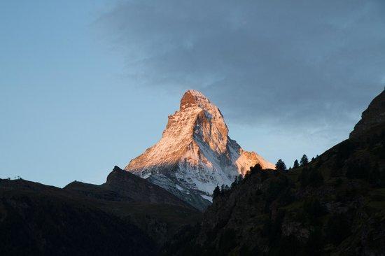 Allalin Swiss Alpine Hotel: Vista para o Matterhorn