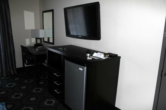 Reserve Casino Hotel: Fridge and desk.