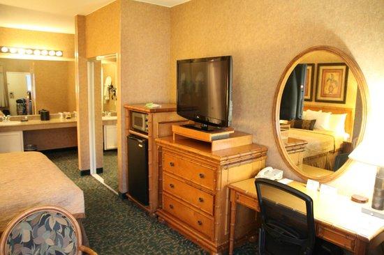 Best Western Plus Park Place Inn - Mini Suites: Flachbildfernseher mit Kühlschrank und Schreibtisch