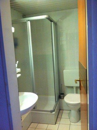 Comfort Hotel Frankfurt Karben: Shower