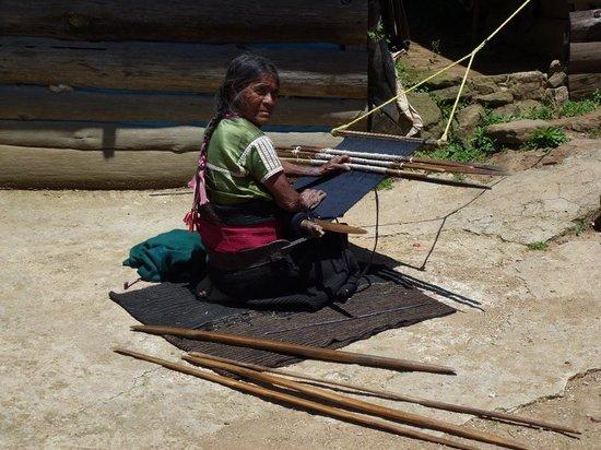 Huitepec Ecological Reserve: Chamula-Weberin in einem Weiler am Huitepec