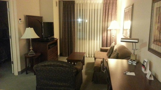 Staybridge Suites Davenport: Room 210 Living room