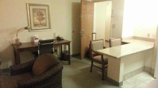 Staybridge Suites Davenport : Room 210 - desk and kitchen island