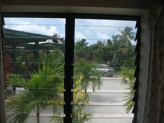 Dorothy's Muri Beach Bungalows: Looking out from Dining area