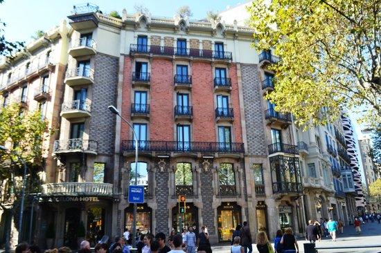 Condes De Barcelona: FRENTE DEL HOTEL