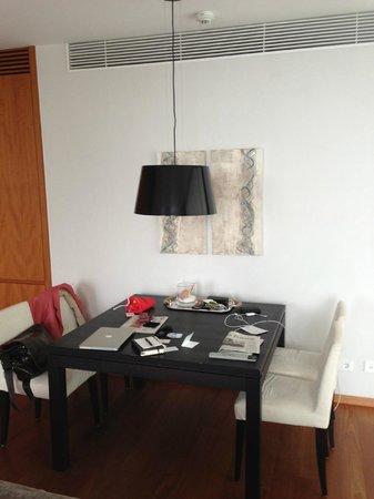 RIVA - Das Hotel am Bodensee: Wohnzimmer Essbereich