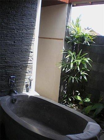 De Munut Balinese Resort: ourdoor toilet in room 305