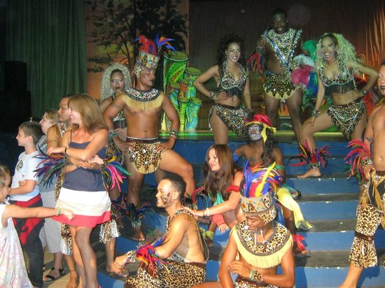 Tropical Princess Beach Resort & Spa: el team y bailarines