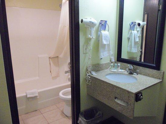 Quality Inn : Bad Zimmer 114