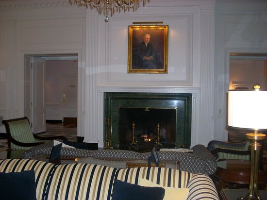 The Dearborn Inn, A Marriott Hotel: Fireplace in the lobby