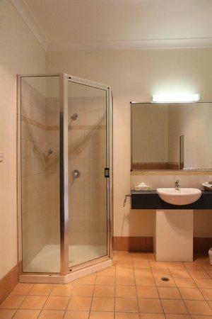 Atherton Hotel Bistro: Bathroom of Standard Room