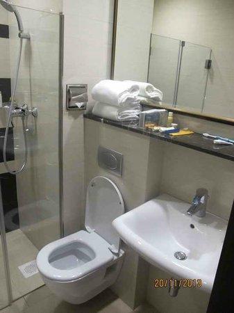 V Hotel Bencoolen: Bath