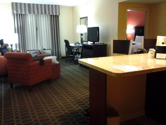 Hampton Inn and Suites Charlotte - Arrowood Rd. : Separate sitting area in king suite w/kitchen