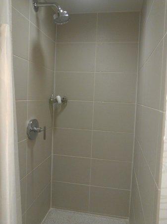 Hotel Felix: Rain shower is nice