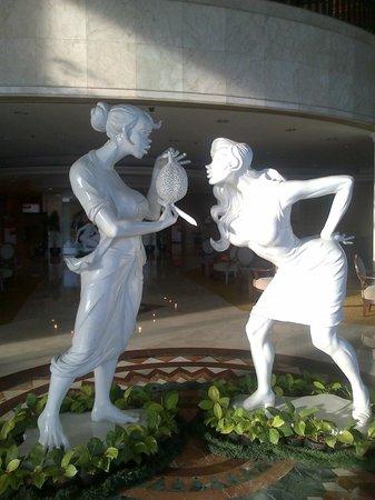 Hotel Ciputra Jakarta: Lobby art...