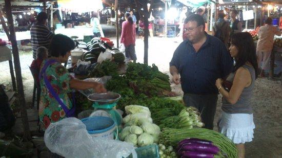 Baan Malinee Bed and Breakfast: Eric en Malineee kopen alles dagvers op de markt