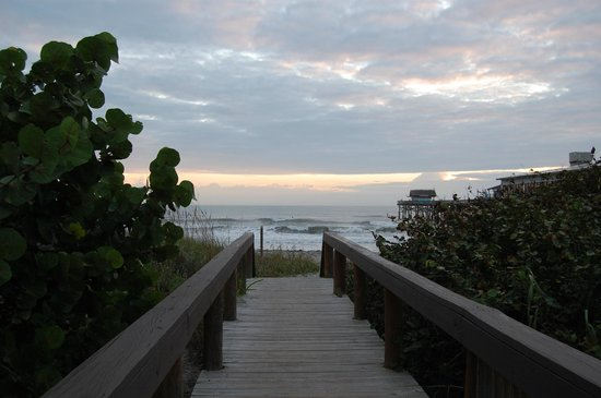 La Quinta Inn & Suites Cocoa Beach Oceanfront: View of the ocean from the hotel's beach access walkway.
