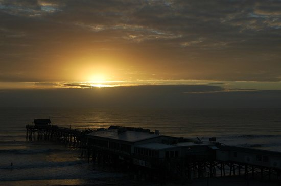 La Quinta Inn & Suites Cocoa Beach Oceanfront: View of the Cocoa Beach Pier from our room during sunrise