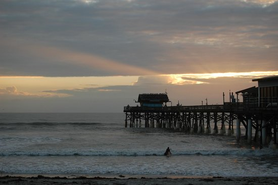La Quinta Inn & Suites Cocoa Beach Oceanfront: View of the pier from the beach.