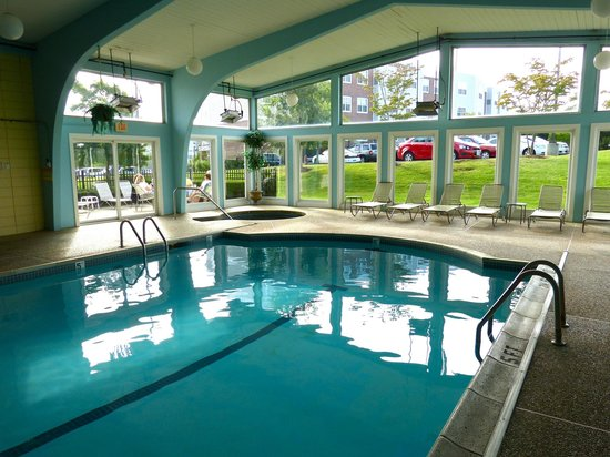 Howard Johnson Middletown Newport Area: Looking out from pool & spa complex