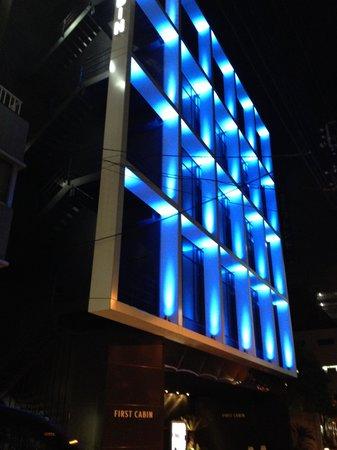 First Cabin Akihabara: 建物は夜になると青く光ります