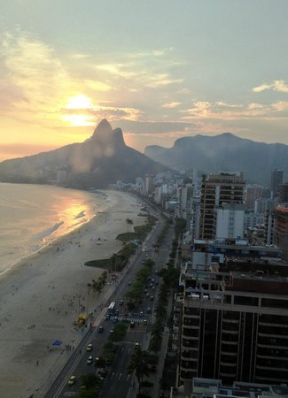 Caesar Park Rio de Janeiro Ipanema Managed by Sofitel: Sunset drinks on the rooftop