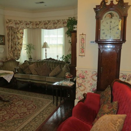 Grey Gables Inn : Parlor area