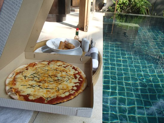 Renaissance Phuket Resort & Spa : Pizza delivered to our pool