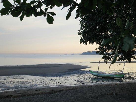Lilin Lovina Beach Hotel: beautiful sunrise from our room
