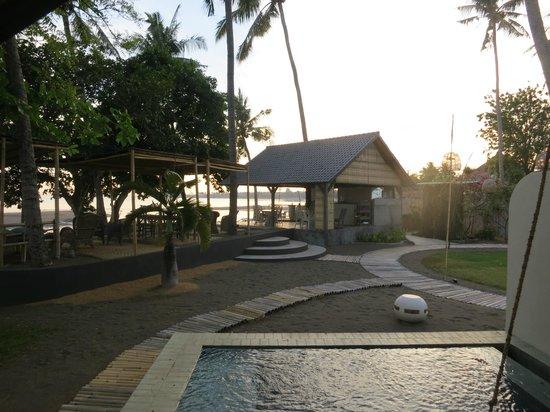 Lilin Lovina Beach Hotel: the beachfront eating area