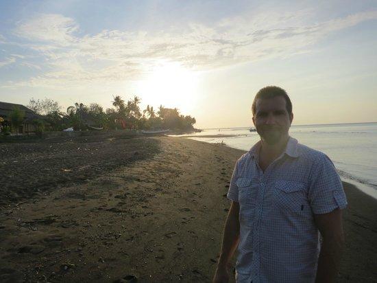 Lilin Lovina Beach Hotel : the beautiful beach at sunset