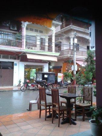 Chusska, Indian Vegetarian Restaurant : view of the street from the restaurant
