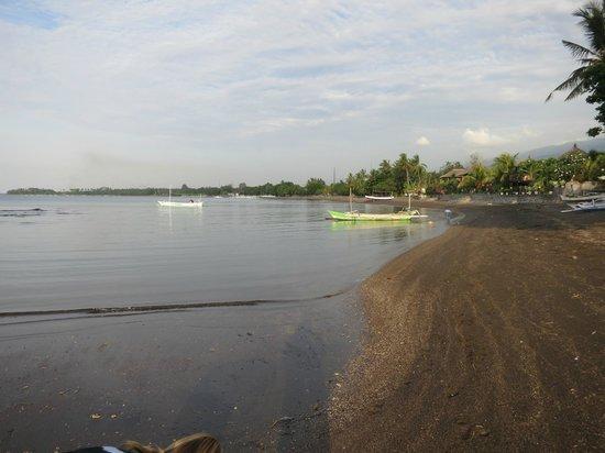 Lilin Lovina Beach Hotel : beach looking south towards Lovina